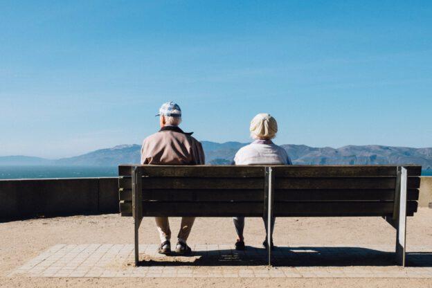 gamla personer på bänk